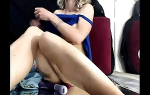 Milfcam touching her soaked pussy squirts