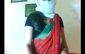 Desi married slim sexy girl removing her saree in like manner her sexy body clip0 7920